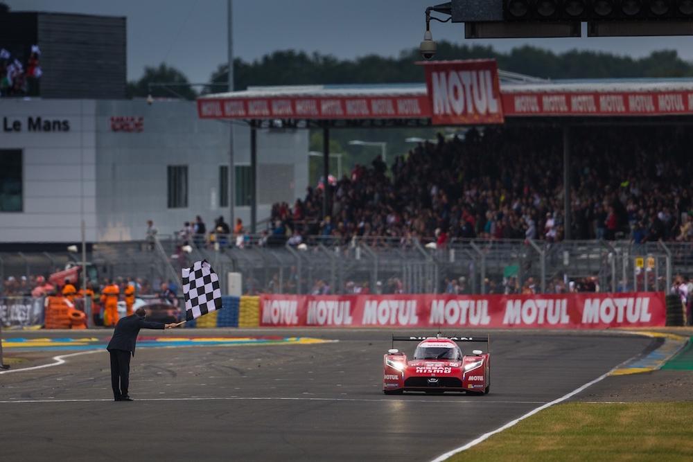 Der einzige verbleibende Nissan GT-R LM NISMO sieht am Ende die Zielflagge von Le Mans (Foto: Nissan)