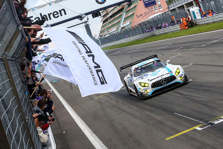 Der Mercedes AMG GT3 von Black Falcon überquert nach 24 Stunden als erster die Ziellinie (Foto: 24h-media.de)