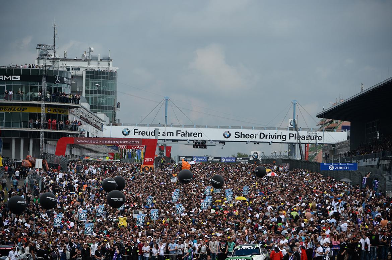 Tausende Fans nutzen die frei zugängliche Startaufstellung vor dem Rennen um Fahrern und Autos so nahe zu kommen wie sonst nie (Foto: ADAC Zurich 24h-Rennen)