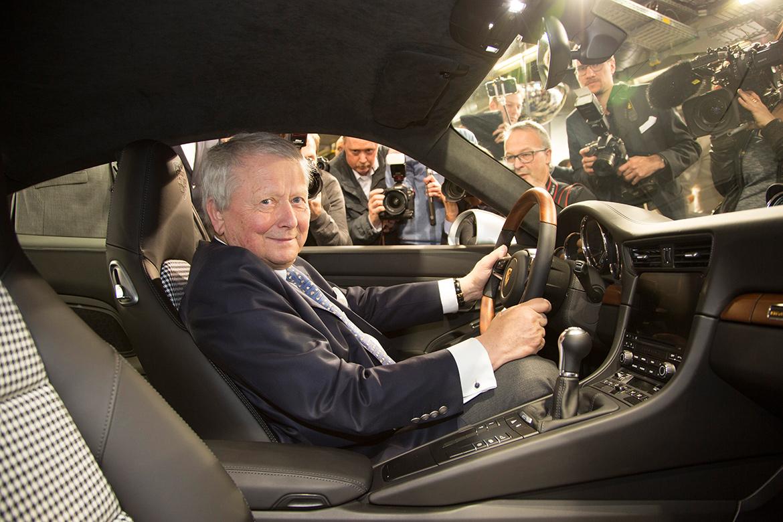 Wolfgang Porsche am Steuer des einmillionsten 911ers (Foto: Porsche)