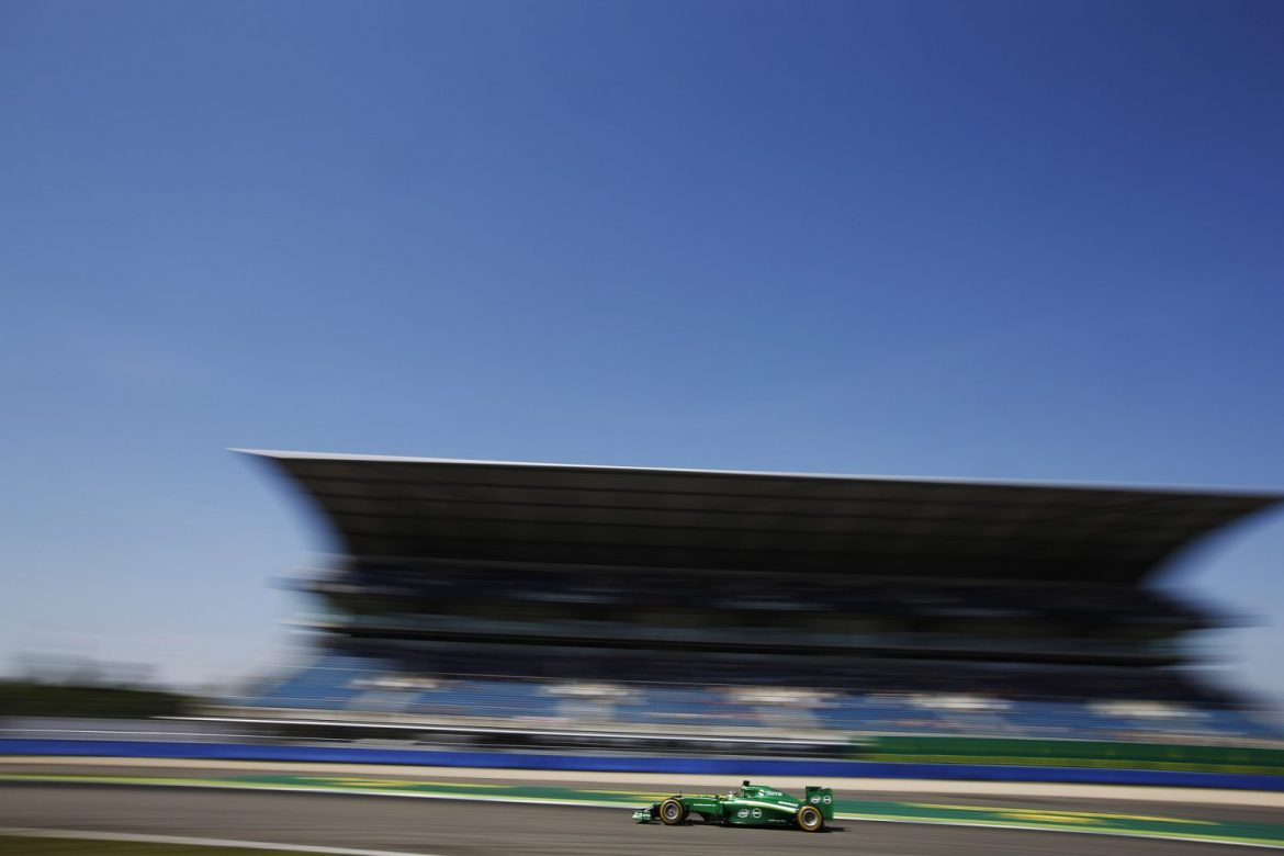 Caterham F1 vor der Mercedes-Tribüne am Hockenheimring (Foto: Charles Coates/LAT Photographic via CaterhamF1)