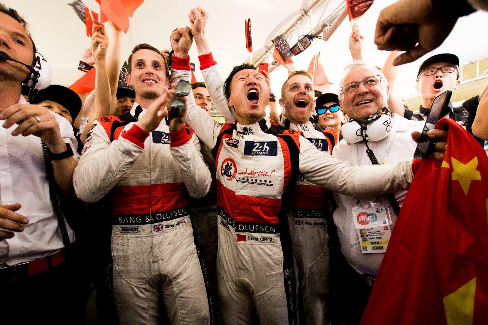 Das Team von Jackie Chan DC Racing freut sich über die Gesamtführung bei den 24h von Le Mans 2017 (Foto: FIA WEC)