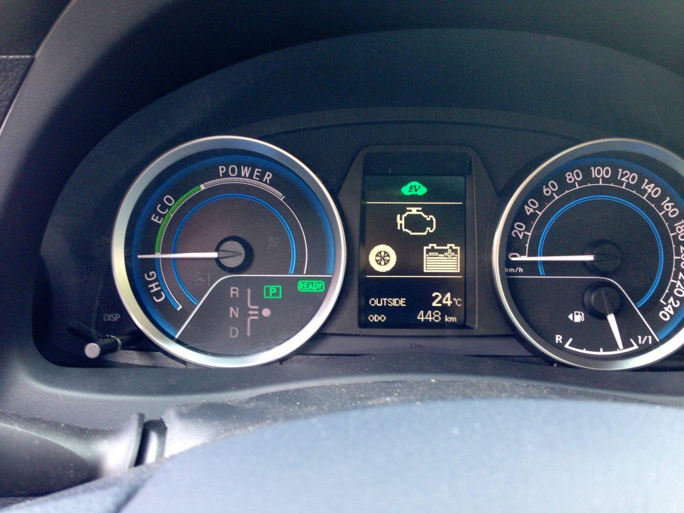 Am Steuer eines Toyota-Hybridfahrzeugs erwartet einen kein Drehzahlmesser