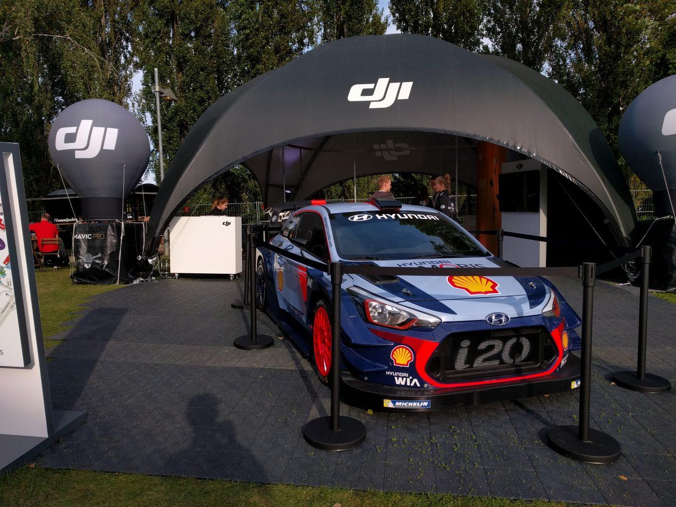 Der Hyundai i20 WRC (T. Neuville, H. Paddon, D. Sordo) vor dem Outdoor-Stand von DJI auf der IFA 2017. (Foto: Hendrik Laudemann)