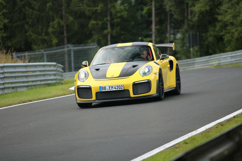 Der Porsche 991 GT2 RS auf der Nordschleife. Ohne Helm wahrscheinlich eher eine Warmup-Runde (Foto: PS Ringfotos)