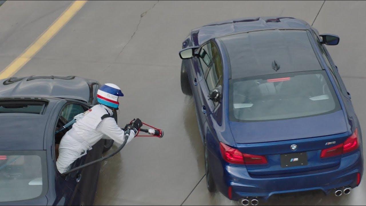 BMW M5 wird beim Driften betankt (Youtube/BMW USA)