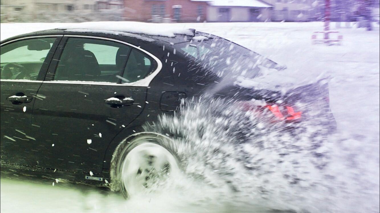 Lexus GS450h F-Sport beim Driften im Schnee