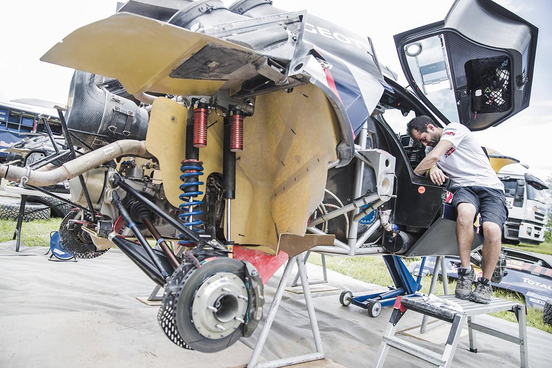 Gitterrohrrahmen Konstruktion des Peugeot 3008 DKR Maxi. Links Hinterachse, Getriebe und Ansaugung, mittig im Bild die Aufnahme für eins der Ersatzräder (Foto: Flavien Duhamel/Red Bull Content Pool)
