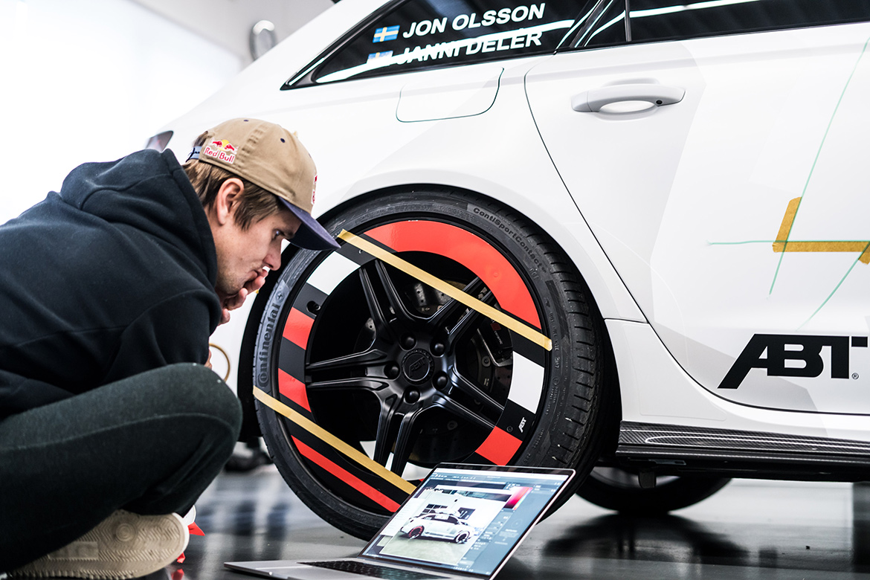 Jon Olsson beim Bekleben seines Abt Audi RS6+ (Foto: Abt Sportsline)