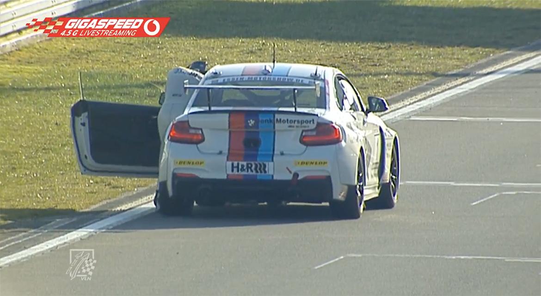 Michael Schrey schiebt seinen BMW über die Ziellinie bei VLN1 2018 (Youtube/VLN)