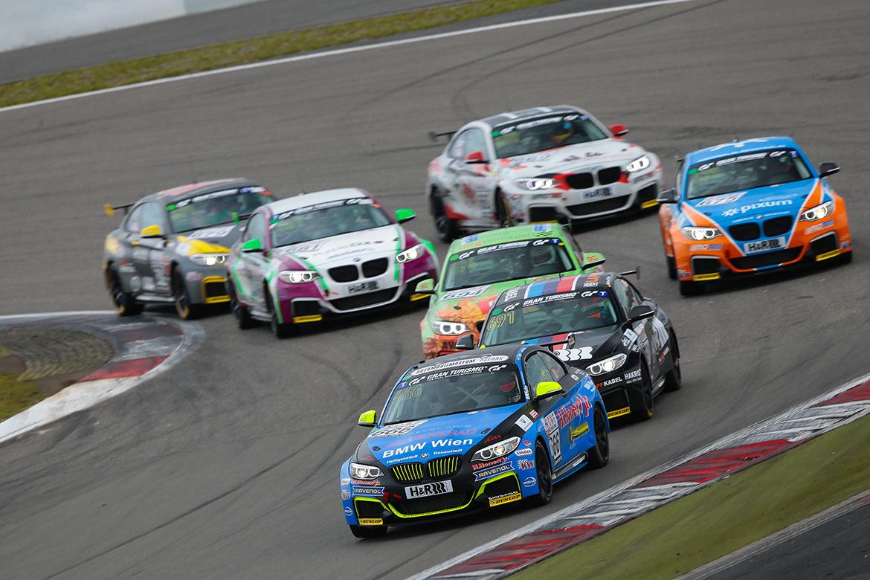 Der Eifelblitz von Scheid Motorsport führt das Feld des M235i Racing Cups an (Foto: Jan Brucke/VLN)