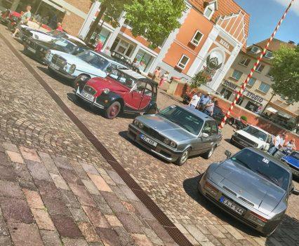 Die Teilnehmer der Oltimerrundfahrt auf dem Rathausplatz Bebra (Foto: Robin Laudemann)