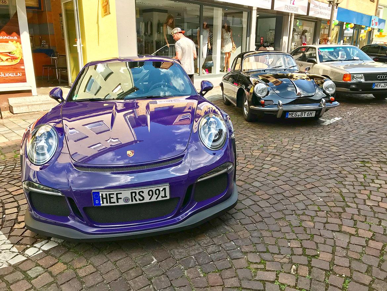 Karamangas Porsche 991 GT3 RS und ein Porsche 356 bei Bebras Motortag 2018 (Foto: Robin Laudemann)
