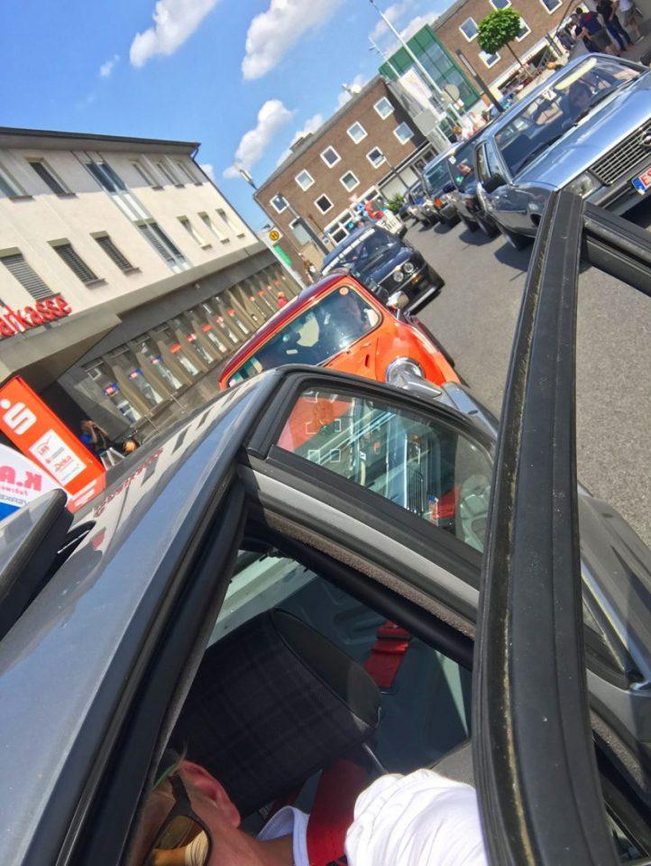 Die Warteschlange der Oldtimer vor der Fahrzeugpräsentation (Foto: Robin Laudemann)