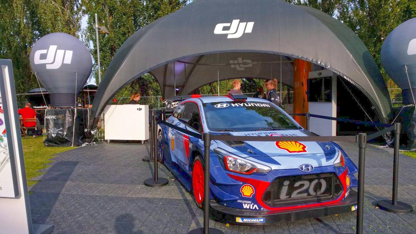 Hyundai i20 WRC am Messestand von DJI (Foto: Hendrik Laudemann)