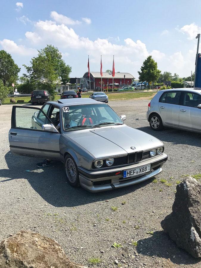 Angekommen an der Zufahrt zur Eifel-Achterbahn