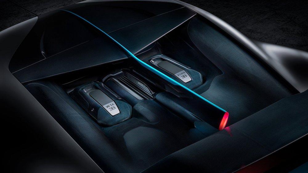 Blick auf Heckfinne und Motor des Bugatti Divo (Foto: Bugatti)